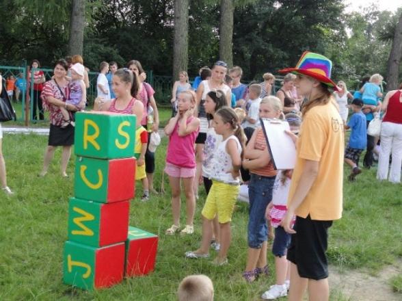 Wakacyjna zabawa przed szkołą w Masłowie - 7.08.2011r.