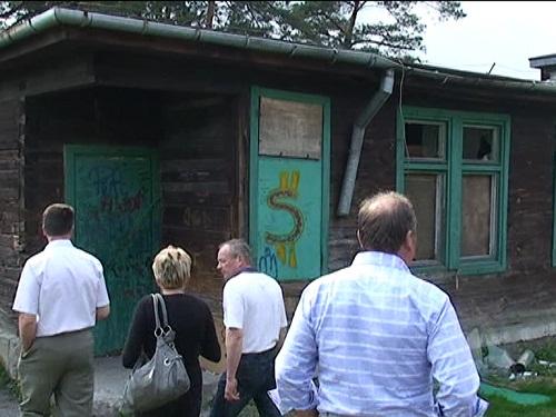 Zdewastowany budynek po byłej szkole w Wiśniówce - 4.05.2011r.