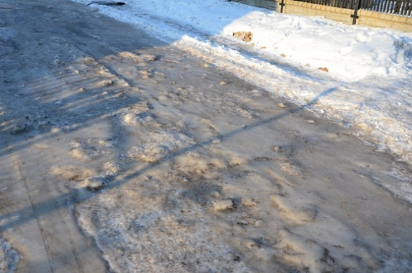 Ślisko w Wiśniówce - lód na ulicy - 11.02.2012r.
