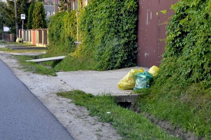 Nieodebrane worki ze śmieciami zalegają na ulicach - 6.07.2013r.