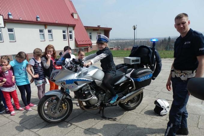 Spotkanie z policjantami w Mąchocicach Schoalsterii - 25.04.2013r.