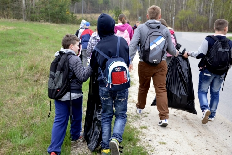 Uczniowie z Brzezinek sprzątali okolice - 30.04.2013r.