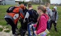 Uczniowie z Brzezinek sprzątali swoją okolicę [GALERIA ZDJĘĆ, MATERIAŁ FILMOWY]