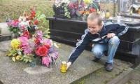 Uczniowie z Brzezinek porządkowali żołnierskie groby