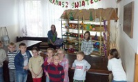 Uczniowie z Mąchocic Scholasterii zbierali pieniądze dla potrzebujących rodzin [RELACJA TV, ZDJĘCIA]